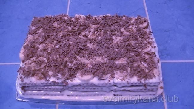 Можете использовать не топленный шоколад. Просто натрите его на терку и посыпьте торт. Так же сверху можно притрусить крошкой от печенья.