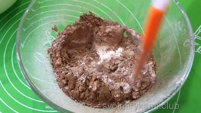Соединяем муку с какао для приготовления торта с вишней.