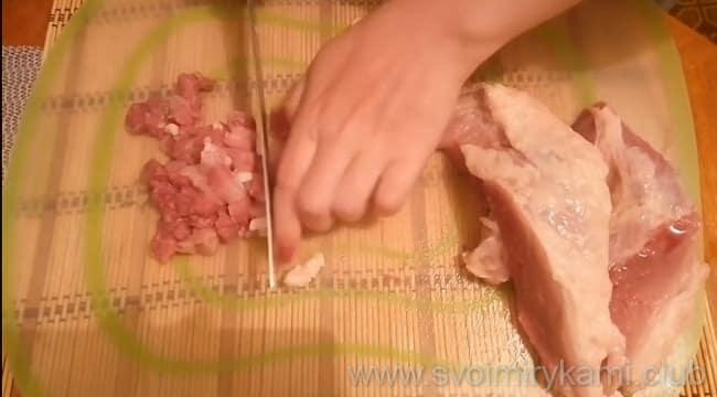 Нарезать свинину для рубленных котлет нужно кубиками