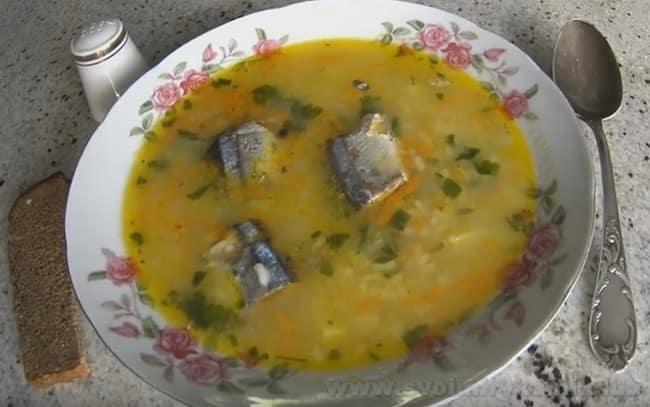 При желании рыбный суп из консервов можно украсить дольками лимона.
