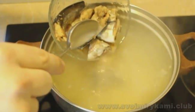 Чтобы сварить суп з рыбных консервов, подберите консервы хорошего качества.