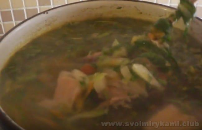Щи из крапивы, приготовленные по этому рецепту, можно подавать с вареным яйцом.