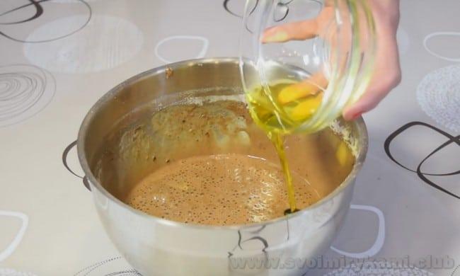 В тесто для шоколадного бисквита, который будет использоваться для муссовых пирожных, добавим оливковое масло.