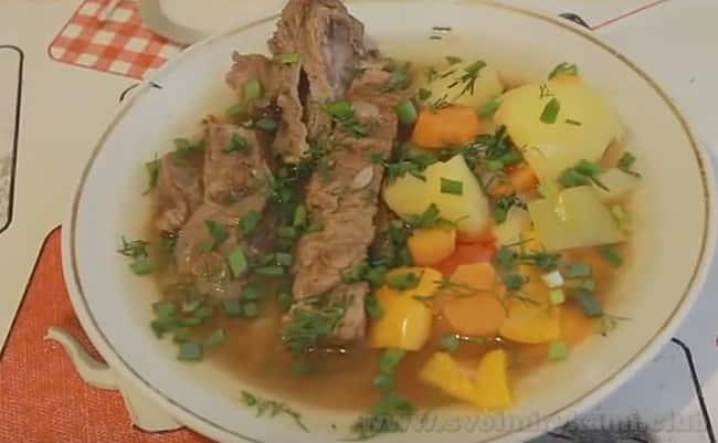 Подавайте шурпу из говядины со свежей зеленью, желательно горячей.