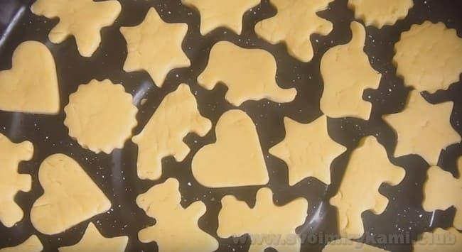 Сахарное печенье по этому рецепту печется в считанные минуты, поэтому важно все время следить за ним, пока оно находится в духовке.