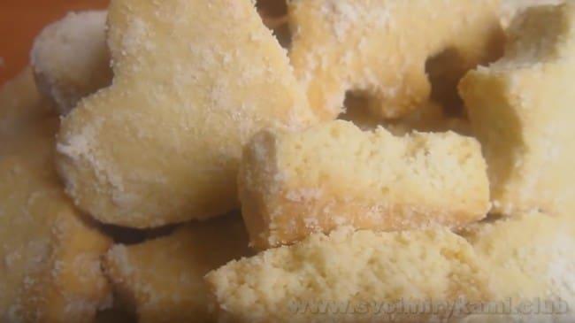 Сахарное печенье можно украсить сахарной пудрой или кондитерской присыпкой.