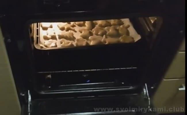 Внимательно проследите, чтобы сахарное печенье не подгорело, так как печется оно буквально 10 минут.