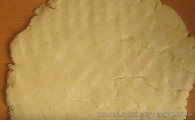 Чтобы приготовить сахарное печенье в домашних условиях, раскатайте тесто при помощи скалки.