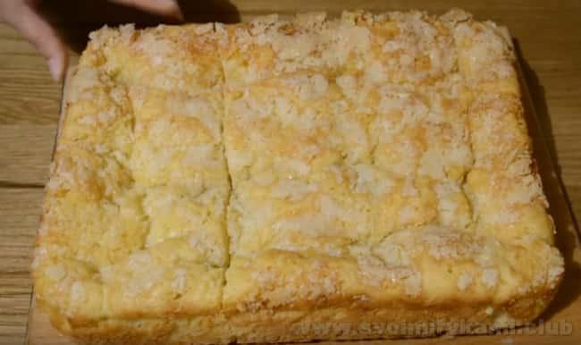 Попробуйте ароматный сахарный пирог со сливками.