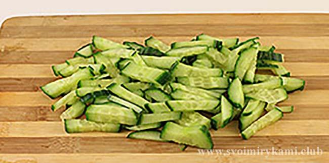 Нарезаем огурцы для салата березка