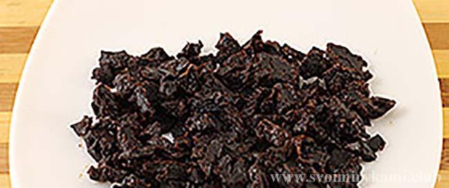Режем чернослив для салата березка
