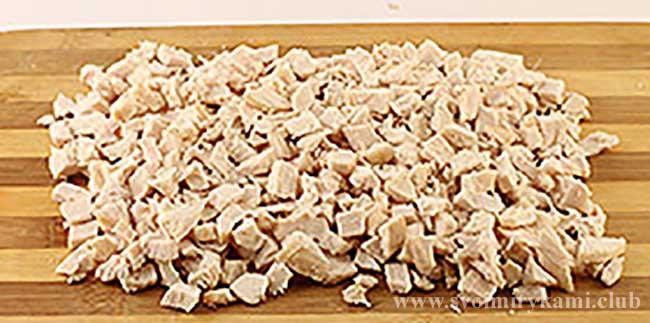 Нарезаем куриное филе для салата березка