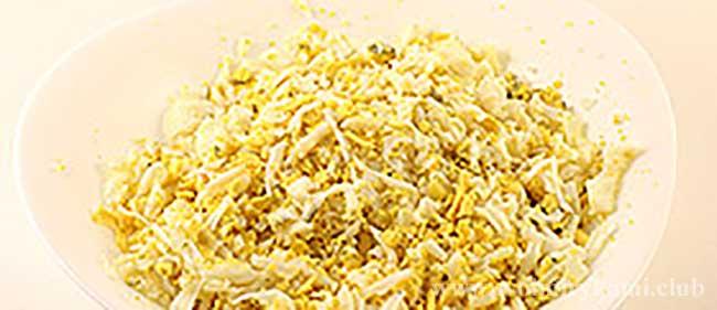 Трем на терке куриные яйца для салата березка