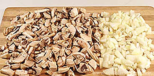 Нарезаем лук и грибы для салата березка