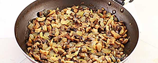 Кладем на сковородку лук и грибы для салата березка