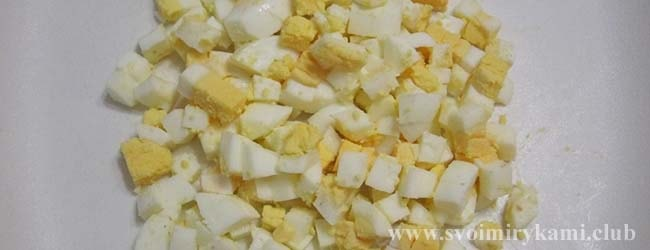 Нарезаем яйца кубиками для салата черепаха