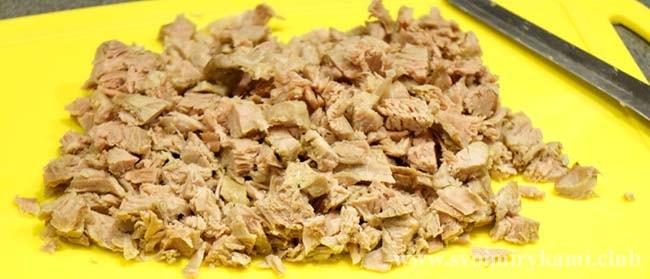 Нарезаем мясо кусочками для салата черепаха