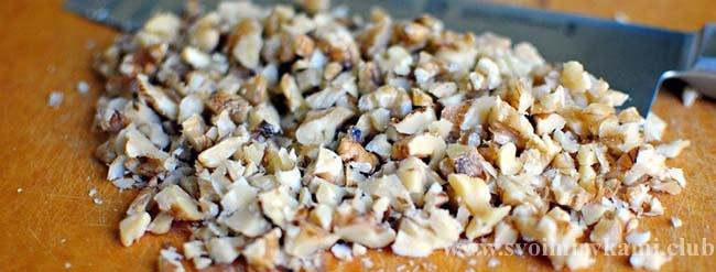 Дробим орехи для салата черепаха