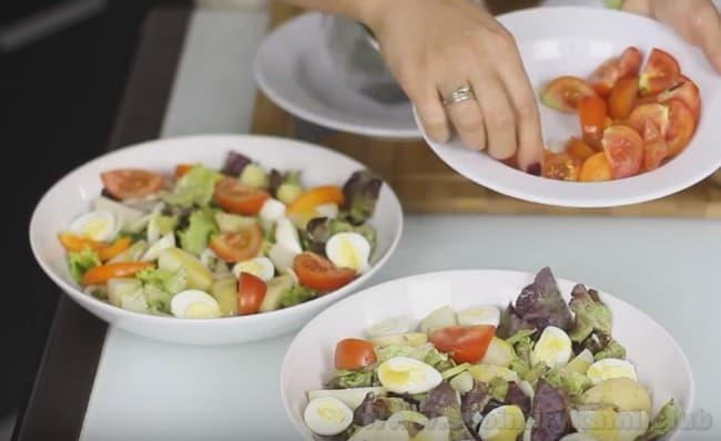 По классическому рецепту, в салат Нисуаз надо класть помидоры черри.