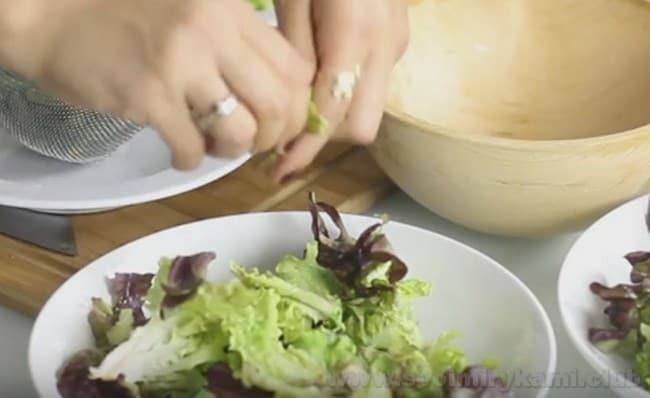 По классическому рецепту, вначале для приготовления французского салата Нисуаз надо выложить листья салата.