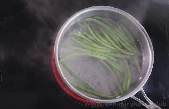 По классическому рецепту, в состав французского сала Нисуаз входит зеленая стручковая фасоль.
