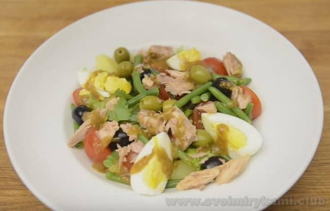 Французский салат нисуаз с тунцом готов!