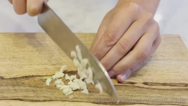 Чеснок придаст салату Нисуаз особый аромат.
