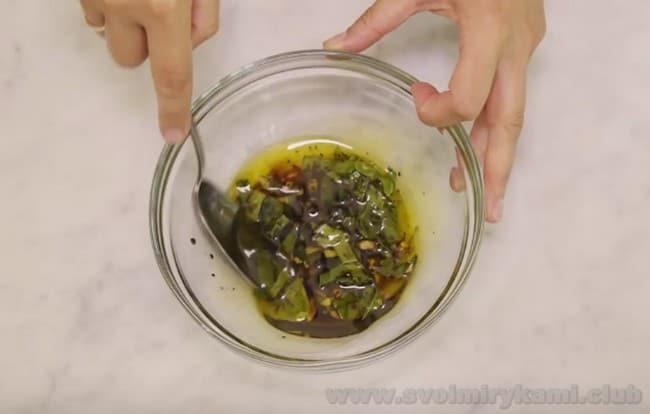 Заправку для салата Нисуаз можно перемешивать и вручную, так и блендером.