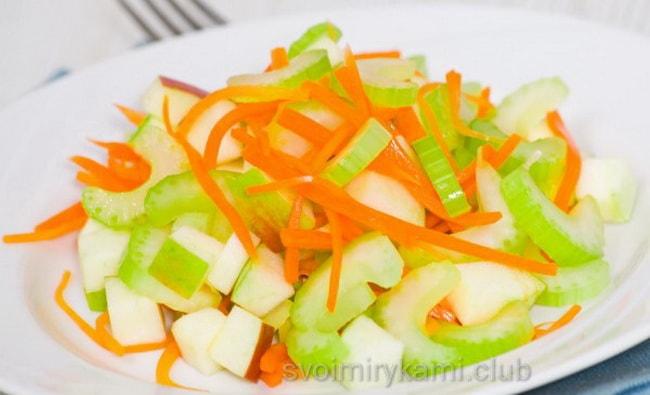 Готовый салат с яблоками и сельдереем.