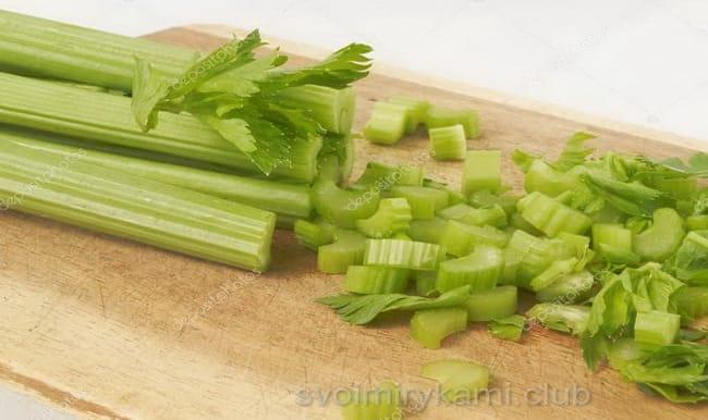 сельдерей наежьте кольцами для приготовления салата.