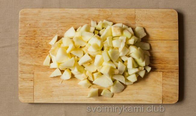 Нарежьте яблоко кубиком для приготовления салата с сельдереем.