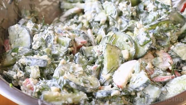 Салат из редиски и огурцов со сметаной - это один из самых доступных весенних рецептов.