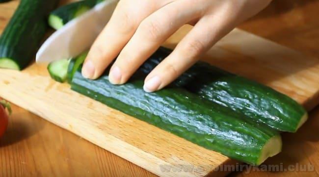 Очень вкусным получается салат из редиски и огурцов со сметаной.