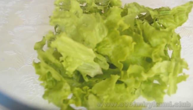 Узнайте, какой салат можно приготовить из редиски и листьев салата.