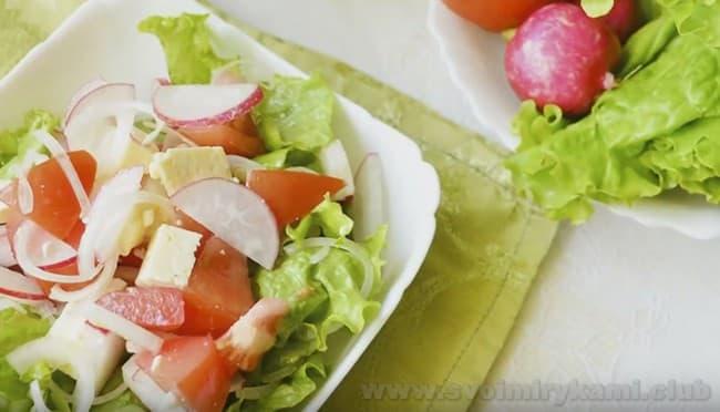 Салат из редиски и помидоров получается сочным и очень аппетитным.