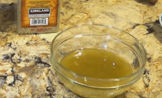 Соус для заправки салата с редиской и огурцом и помидором можно приготовить на основе оливкового масла.
