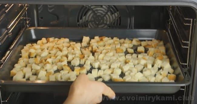 Для разнообразия в салат из редиски и помидоров можно добавить домашние сухарики.