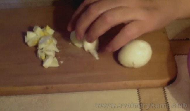 Салат из черной редьки с яйцом получается вкусным со сметаной.