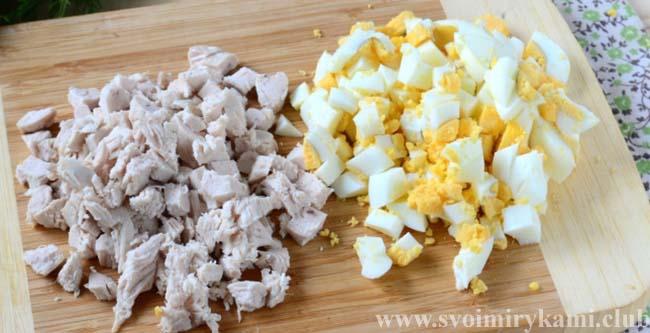Нарезаем яйца и курицу для салата из курицы