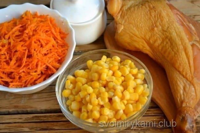 Ингредиенты для приготовления салата из корейской моркови и копченной курицы.