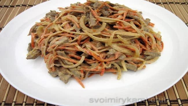 Готовый салат с печенью и морковкой по-корейски.
