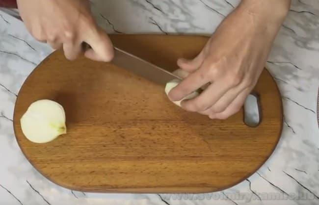 Приготовьте салат с куриной печенью и грибами шампиньонами.