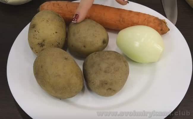 Очень вкусным получается салат из куриной печени с грибами.