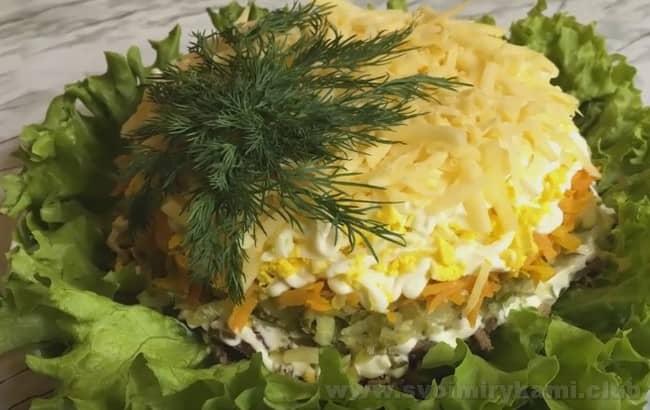 Украсьте салат с куриной печенью и грибами свежей зеленью.