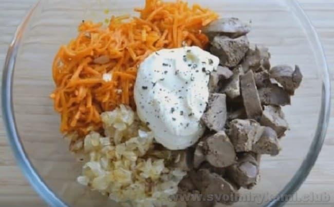 Приготовьте вкусный салат с куриной печенью и корейской морковью.