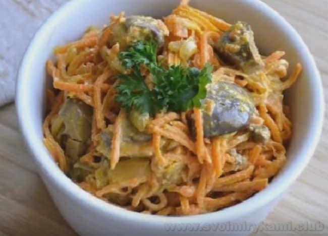 Салат с куриной печенью и корейской морковью будет выглядеть еще красивее, если украсить его свежей зеленью.