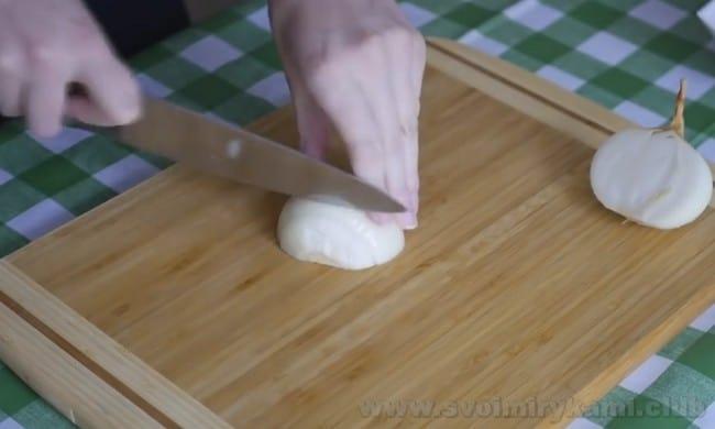 Для салата с куриной печенью и солеными огурцами надо немного обжарить лук и морковь.