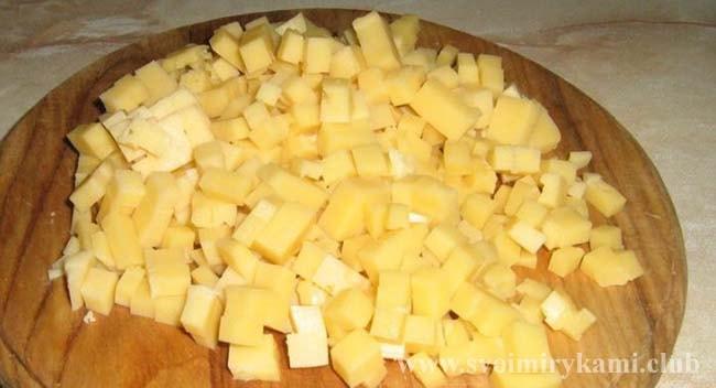 Режем сыр и ананасы на кубики для салата с курицей