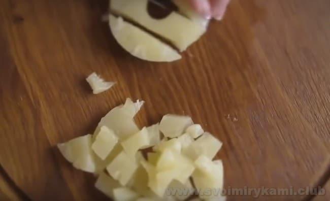 для салата с курицей и черносливом ананас надо порезать кубиками.