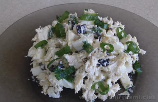 Украсьте салат с курицей и черносливом и ананасом зеленью или листьями салата.